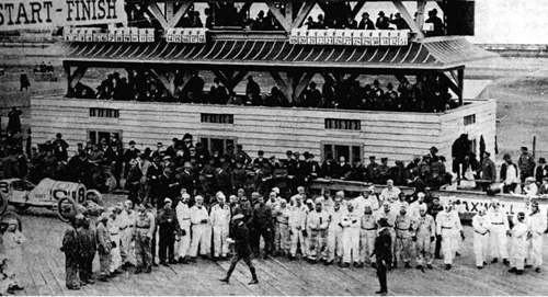 Drivers line up on the grid for the Grand Prize in 1915